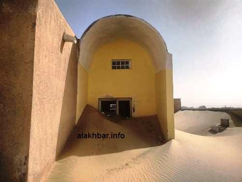 حاصرت الرمال من كل جانب المركز الصحي في بلدية بلنوار/ الأخبار