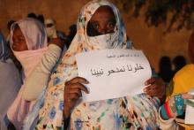 الجمهور الحاضر رفع شعارات تطالب بإنقاذ المهرجان