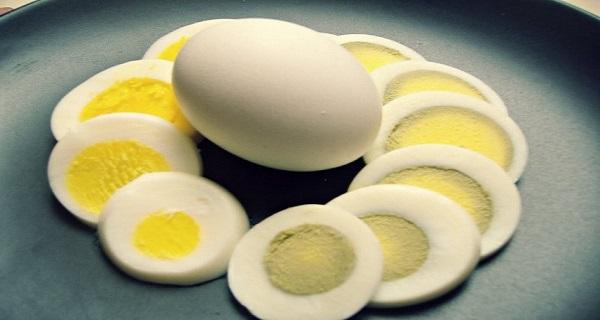 لون البيض المسلوق