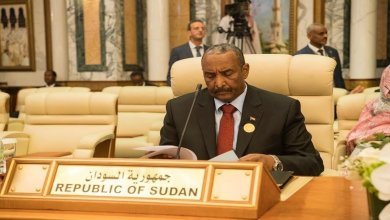 Photo of رئيس المجلس العسكري السوداني يجدد موقف بلاده الداعم للحكومة الشرعية في اليمن