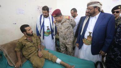 Photo of وزير الدفاع ومحافظي مأرب وصعدة يتفقدون جرحى الجيش الوطني بمأرب