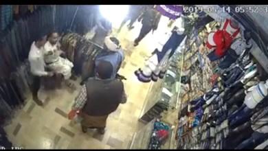Photo of فيديو صادم ..مسلحون حوثيون يعتدون على مواطن داخل متجره بصنعاء