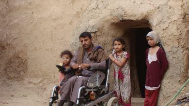 Photo of يوسف الحجولي.. مُقعد يمني يعيش في بيت طيني مع 21 نازحا (قصة إنسانية)