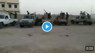 "Photo of شاهد الفيديو.. سقوط آخر معسكرات النخبة في شبوة وعلم اليمن يرفرق فوق مقر ""الانتقالي"" في عتق"