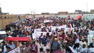 Photo of بالفيديوهات والصور …حشود سقطرية ضخمة دعماً للشرعية ولتأييد المحافظ محروس