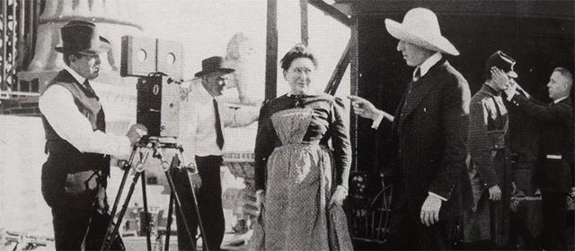 Sur le tournage d'Intolerance avec D.W. Griffith à droite (1916)