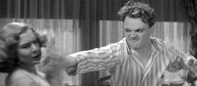 James Cagney jetant une grappe de raisins au visage de Mae Clark dans L'Ennemi Public (1931)