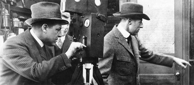D.W. Griffith (à droite)