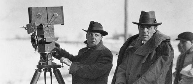 DW Griffith (à droite) sur le tournage d'A travers l'orage (1919)