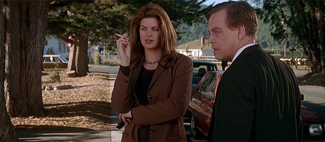 Kirstie Alley et Mark Hamill dans Le Village des Damnés (1995)