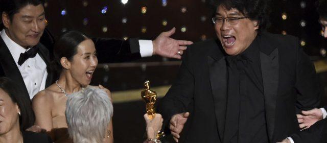 Bong Joon-ho recevant l'Oscar du meilleur film aux Oscars (2020, © Chris Pizzello/AP)