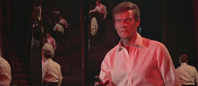 Roger Moore dans L'Homme au pistolet d'or (1974)