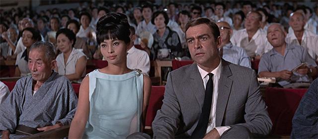 Akiko Wakabayashi et Sean Connery dans On ne vit que deux fois (1967)