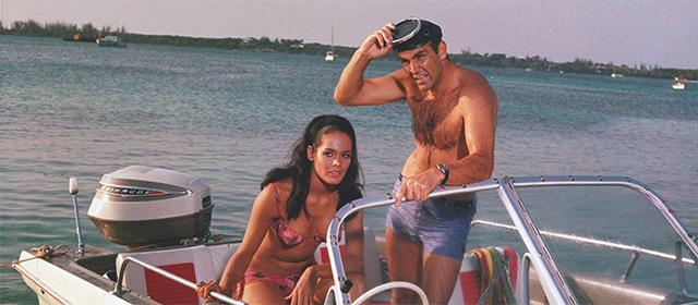 Martine Beswick et Sean Connery dans Opération Tonnerre (1965)