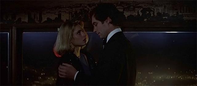 Maryam D'Abo et Timothy Dalton dans Tuer n'est pas jouer (1987)