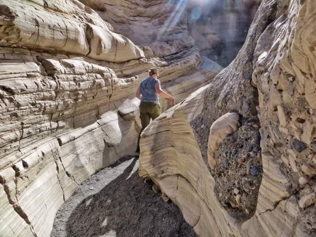 Mosaic Canyon. Mietimme koko ajan tuleeko seuraavan mutkan takaa vastaan jylisevä vesimassa vai se jättiläismäinen pyörivä kivikuula.