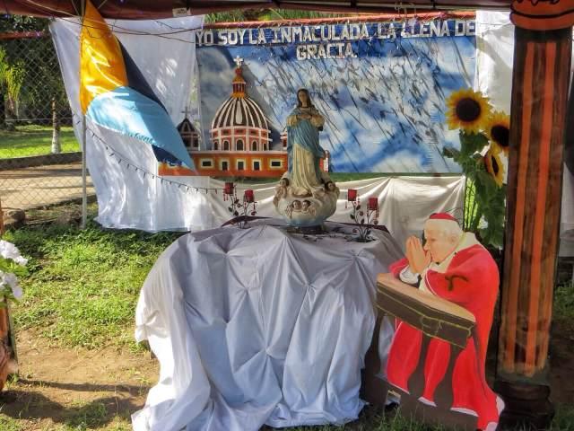 Altagracian keskustassa oli pitkät rivit Maria-aiheisia kuvaelmia