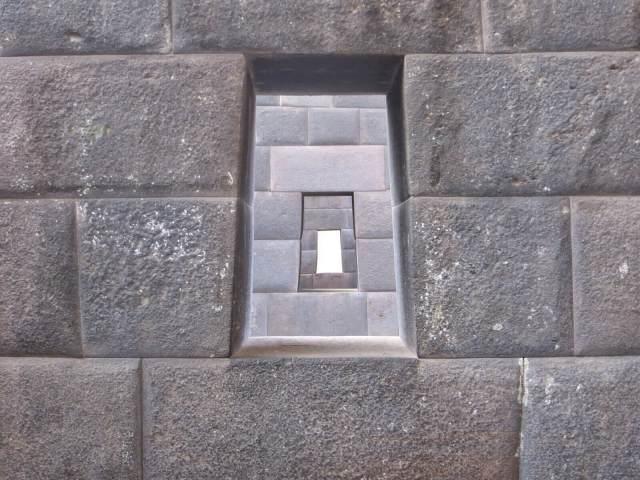 Päteviä olivat inkat kivihommissa. Viisisataa vuotta vanhoja ilman laastia rakennettuja seiniä.