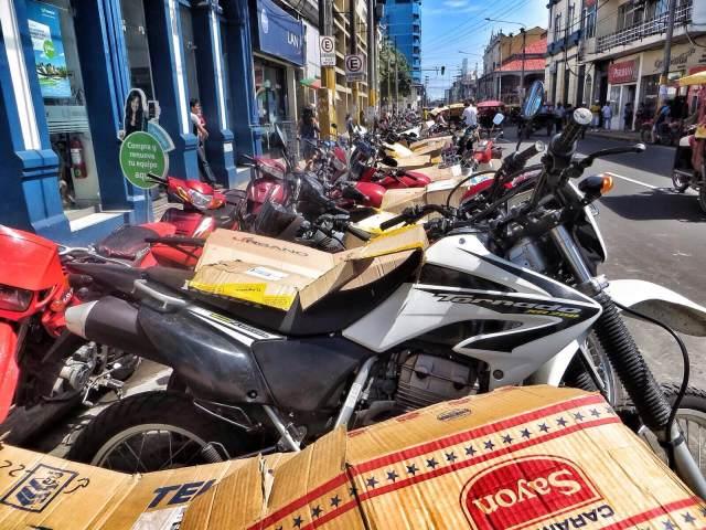 Silminkantamattomiin moottoripyöriä. Pyörien parkkeeraajat ovat oma ammattikuntansa. Lisämaksusta saa satulan päälle suojapahvin.