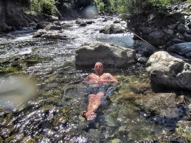 Termas Los Pozonesissa olikin jo enemmän ihmisiä, mutta paljon mukavammat luonnonkivialtaat ja bonuksena mahdollisuus käydä viereisessä kylmässä joessa viilentymässä.