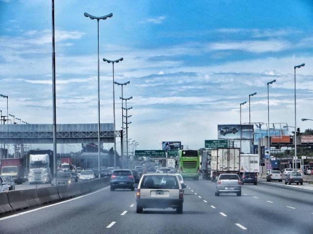 Kolmekymmentä kilometriä Buenos Airesiin, kaistat lisääntyvät ja liikenne tihenee.