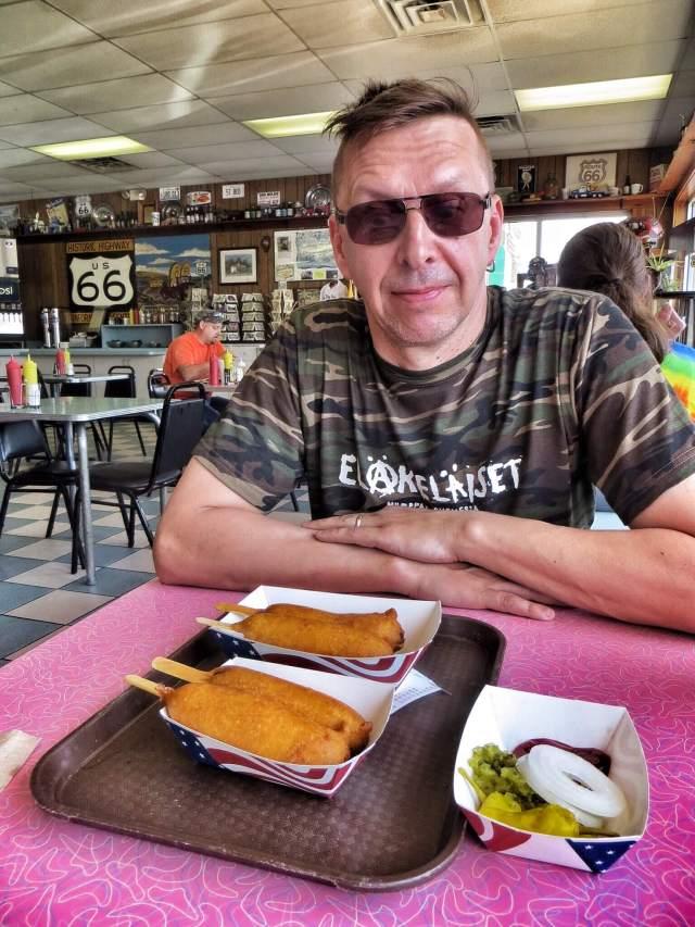 Aivan uusi tuttavuus roskaruokarintamalla: corn dog. Ja nämä herkut on aikoinaan keksitty tässä nimenomaisessa ravintolassa. Cozy Dog Drive In, Springfield.