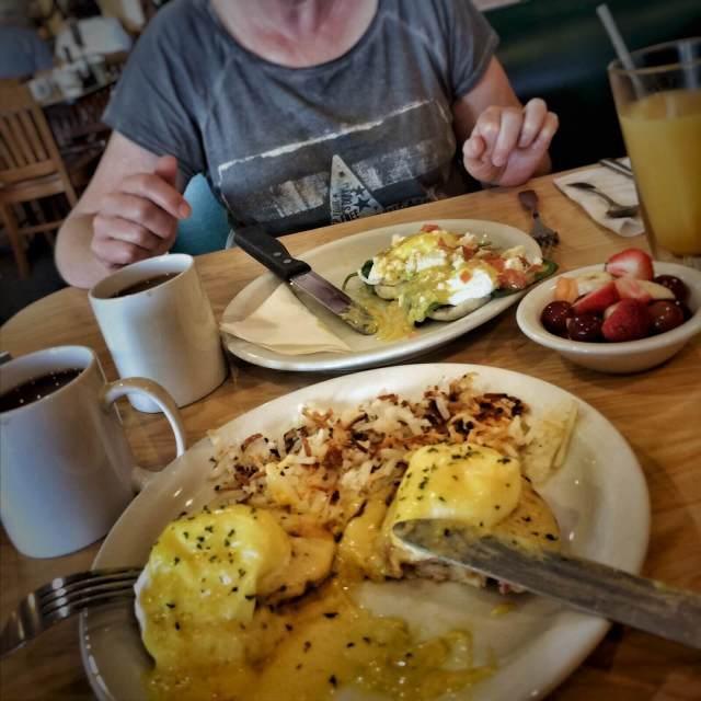 Ensimmäinen kunnon aamiainen, munia Benedict. Sunny Street Café, Wildwood.