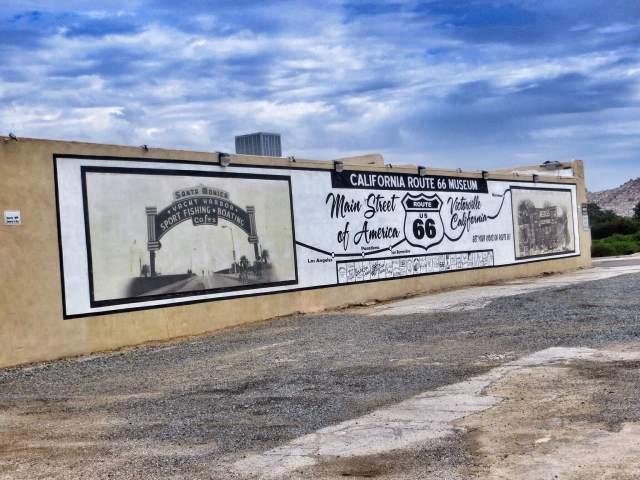 Hienoista matkaväsymystä jo havaittavissa. Victorvillen Route 66 -museo ei jaksanut kiinnostaa pihamaata pitemmälle.