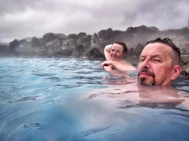 Liukkaanoloinen sininen vesi kuulemma on hyväksi iholle.