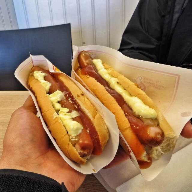 Valaanlihan lisäksi islantilaisten perusruokaa ovat hotdogit. Näitä saa joka huoltoasemalta ja kioskilta.