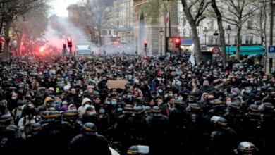 """صورة تظاهر عشرات الآلاف للأسبوع الثالث على التوالي في شوارع باريس وغيرها من المدن الفرنسية احتجاجا على مشروع قانون """"الأمن الشامل"""" الذي يعتبرون أنه """"يقضي على الحريات""""."""
