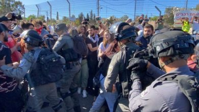 صورة أمة العرب خذلت فلسطين والمقدسيّون يرفعون صور الشهيد قاسم سليماني
