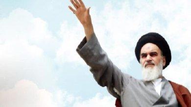 صورة الامام الخميني آية الله في انتصار الثورة الايرانية بالعصا الايمانية  وهزيمة القوى الاستكبارية