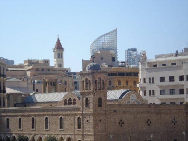 Vista de la ciudad de Beirut, en primer plano una iglesia, al fondo, un edificio moderno