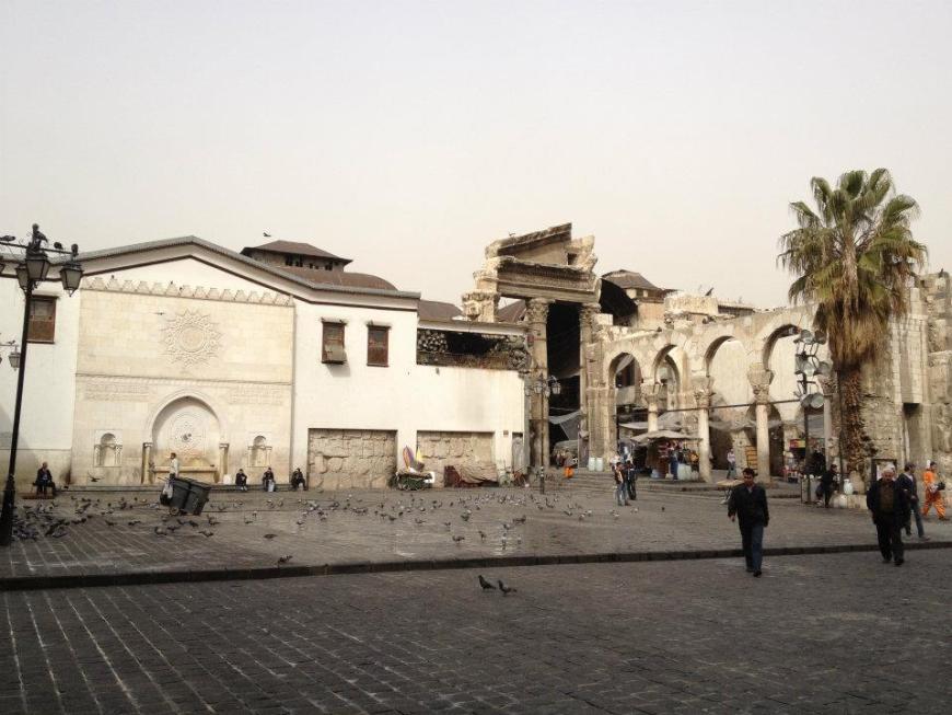 plaza afuera de la mezquita Omeya en Damasco