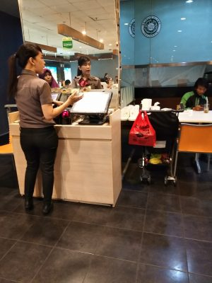 Pramusaji D'Cost Sedang Memasukkan Order Makanan Dari Gambar Yang Telah Dipilih