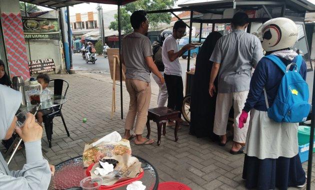 Suasana pembeli Nasi Kebuli Maryam