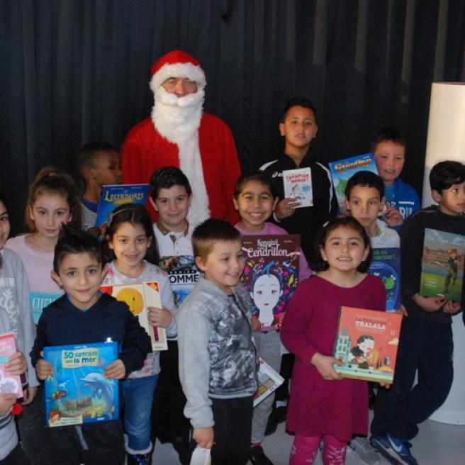 Les enfants avec leurs livres