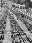 16239983-El-panorama-de-las-v-as-del-tren-Vista-superior-imagen-en-blanco-y-negro-blanco-y-negro--Foto-de-archivo