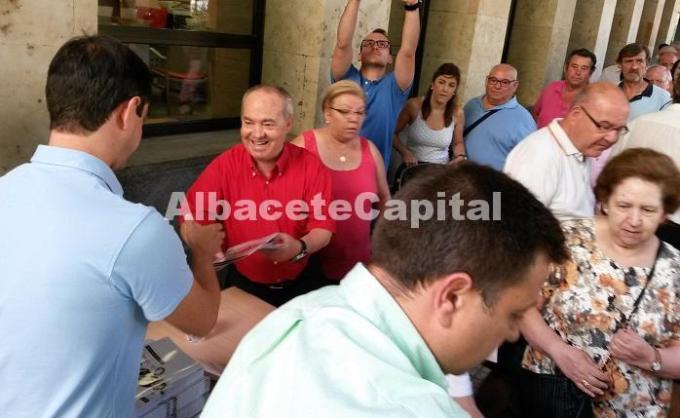Los albaceteños hacen cola para  conseguir el programa de la Feria de Albacete 2015