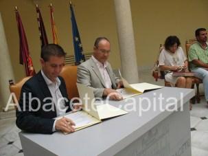 Santiago Cabañero firma convenio con Inocente Jiménez de Asocicación Desarollo, Autismo Albacete