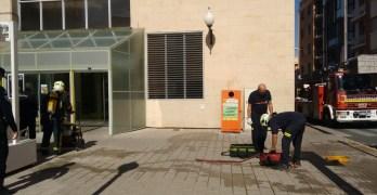 Los bomberos extinguen el incendio de una freidora en el Mercado de Carretas