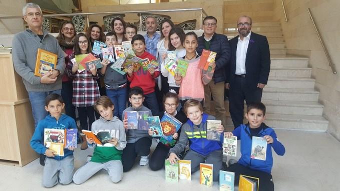 """La Consejería de Educación cede 300 ejemplares de material literario a la biblioteca del CEIP """"Alcalde Galindo"""" de Chinchilla"""