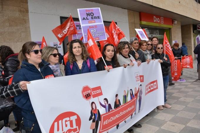 La plantilla del supermercado DIA en Albacete sale a la calle para exigir la paralización del ERE