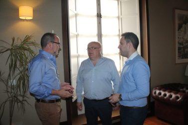 Encuentro mantenido entre el delegado de la Junta en Albacete, Pedro Antonio Ruiz Santos, el alcalde de Villarrobledo, Alberto González y el concejal de Empleo y Personal, Germán Nieves. FOTO: JCCM.