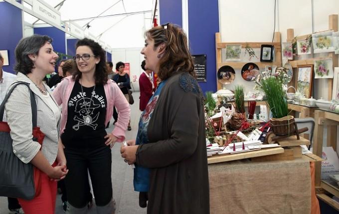 Toledo, 13-10-2015.- La directora del Instituto de la Mujer, Araceli Martínez, visita la 35ª edición de la Feria de Artesanía de Castilla-La Mancha, FARCAMA, que se celebra en el recinto Toletvm de Toledo. (Foto: Álvaro Ruiz // JCCM)
