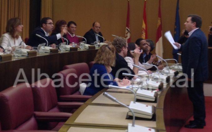 Manuel Serrano, concejal del Equipo de Gobierno, discutiendo con los concejales de Ganemos y PSOE todavía sentados en sus bancadas.