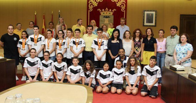 Foto. Javier Cuenca agradece a los integrantes del Club Trampolín de Albacete su compromiso con los valores que transmite el mundo del deporte. 130716 (2)