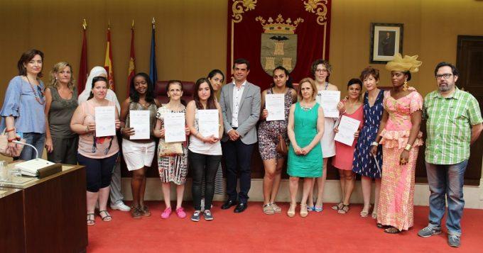 Foto. Javier Cuenca entrega los diplomas del curso de formación del Centro de la Mujer (2). 040716