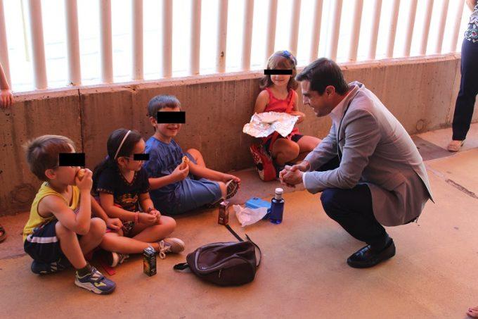 Foto. Javier Cuenca pone en valor la alternativa de ocio y formativa que ofrecen las Escuelas de Verano Municipales a los jóvenes de Albacete. 080716 (2)